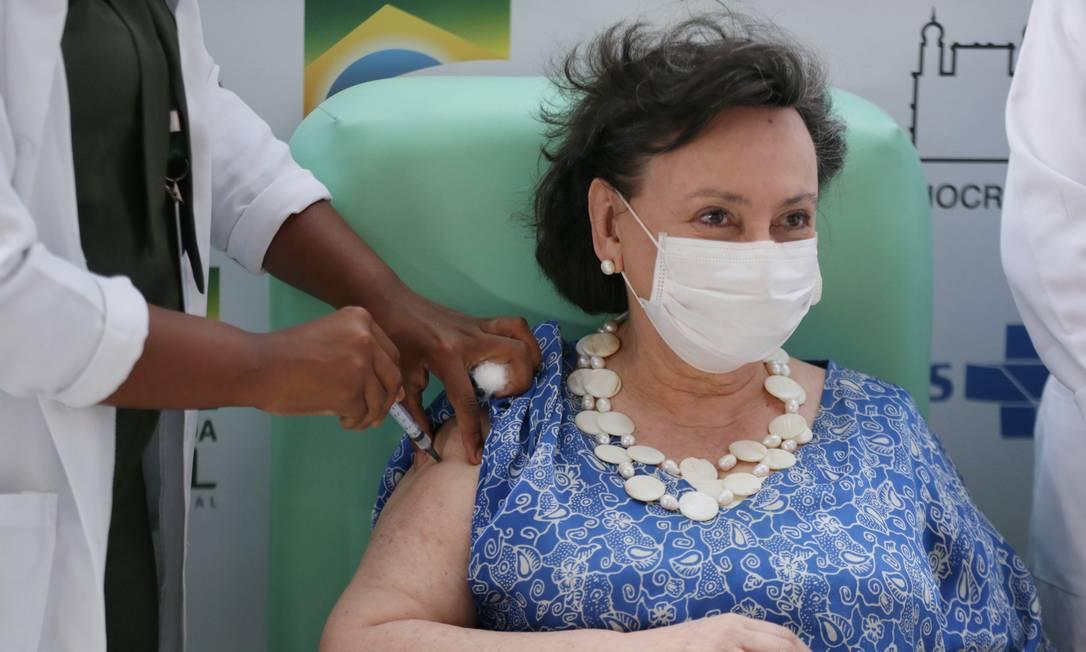 Vacina de Oxford/AstraZeneca sendo aplicada na sede da Fiocruz em Manguinhos. Margareth Dalcomo sendo vacinada. Foto: Cléber Júnior / Agência O Globo