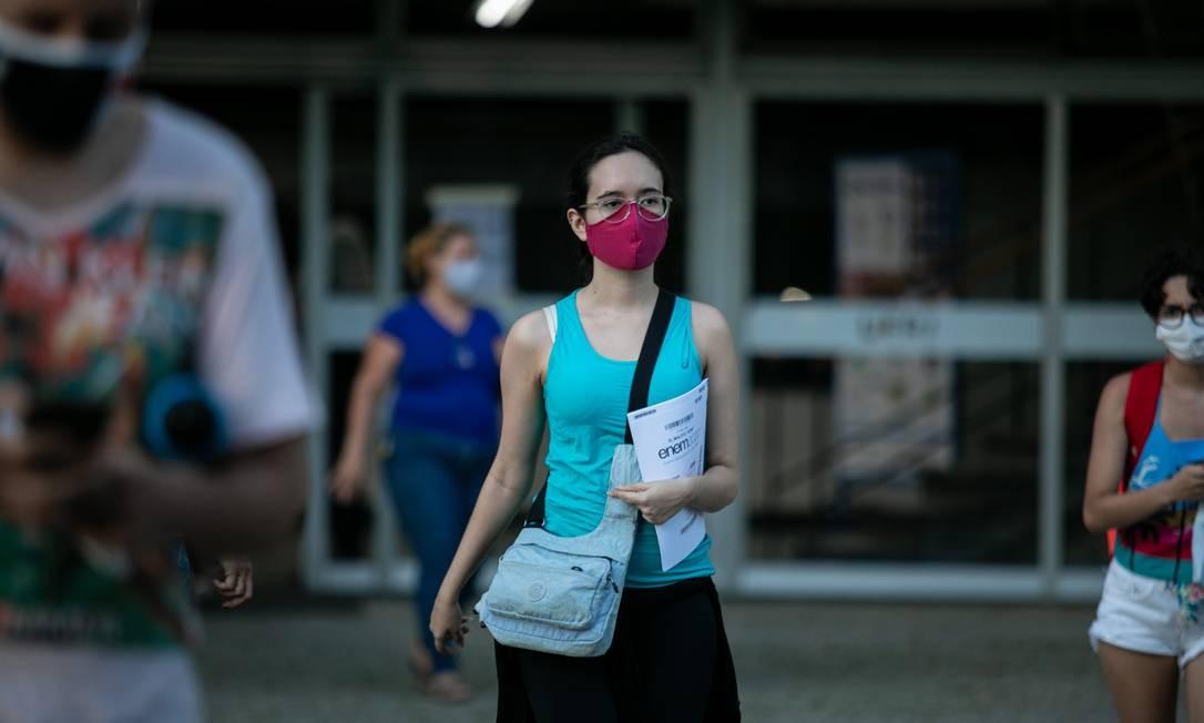 Mesmo com a Pandemia houve a prova do Enem em janeiro de 2021. Na foto, candidatos saindo da prova na UERJ. Foto: Brenno Carvalho / Agência O Globo