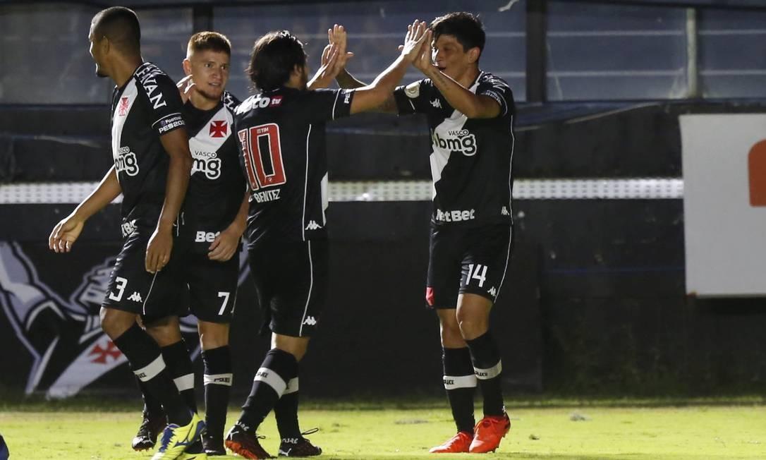 Cano comemora um de seus gols contra o Atlético-MG Foto: MARCELO THEOBALD / Agência O Globo