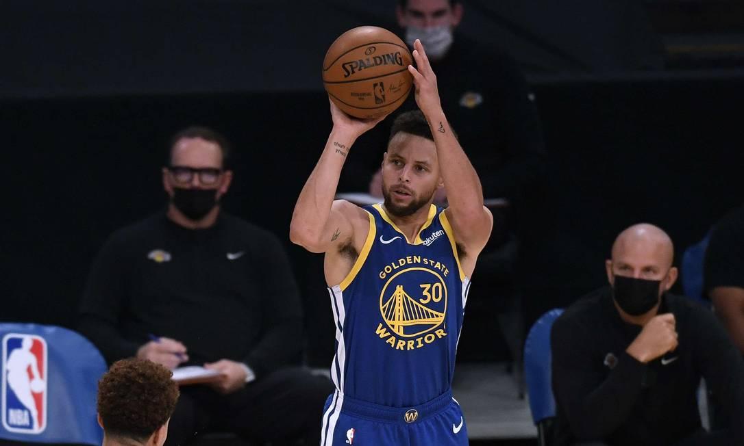 Stephen Curry em partida da atual temporada da NBA Foto: Harry How / AFP
