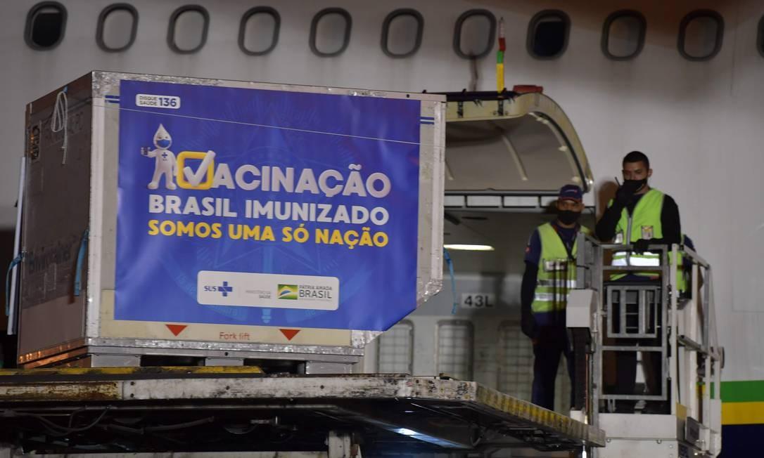 Doses da vacina Oxford/AstraZeneca chegam no aeroporto de Guarulhos, vindos da China Foto: Nelson Almeida/AFP/22-01-2021