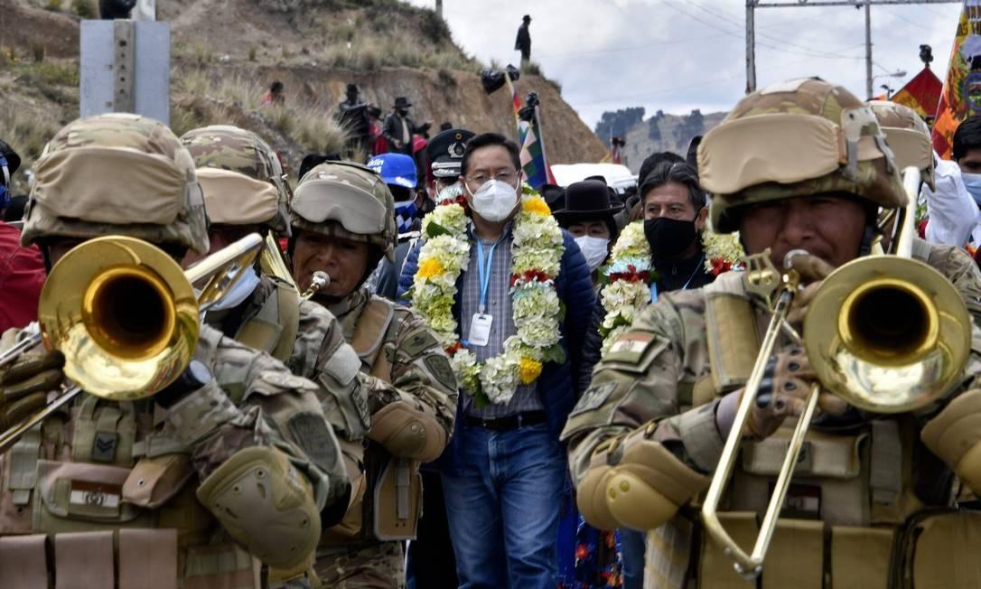 O presidente boliviano Luis Arce participa da comemoração do 195 aniversário da criação da província de Omasuyos, sede da organização camponesa Ponchos Vermelhos, em Achacachi, Bolívia. Os Ponchos Vermelhos são aliados políticos do partido governista Movimiento Al Socialismo Foto: AIZAR RALDES / AFP