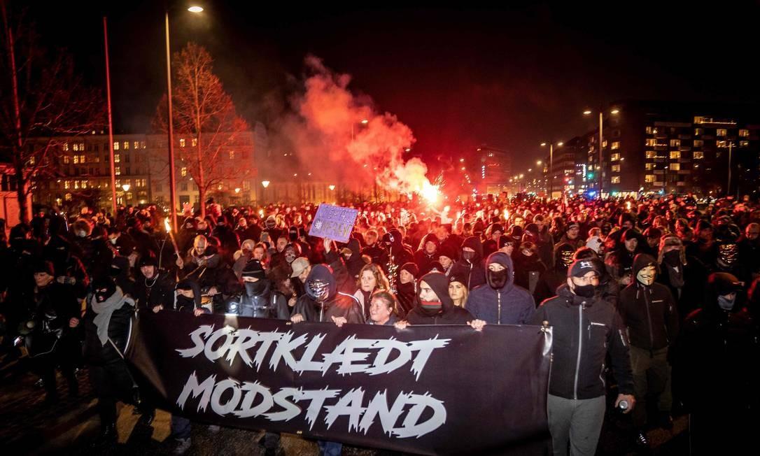 Negacionismo dinamarquês. Exrtemistas protestam contra restrições decretadas pelo governo para combater a pandemia da Covid-19, em Copenhague Foto: MADS CLAUS RASMUSSEN / AFP