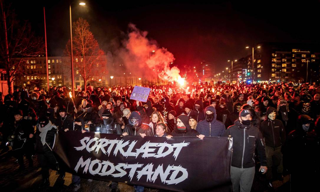 Negacionismo dinamarquês. Exrtemistas protestam contra restrições decretadas pelo governo para combater a pandemia da Covid-19, em Copenhague Foto: MADS CLAUS RASMUSSEN / AFP - 23/01/2021