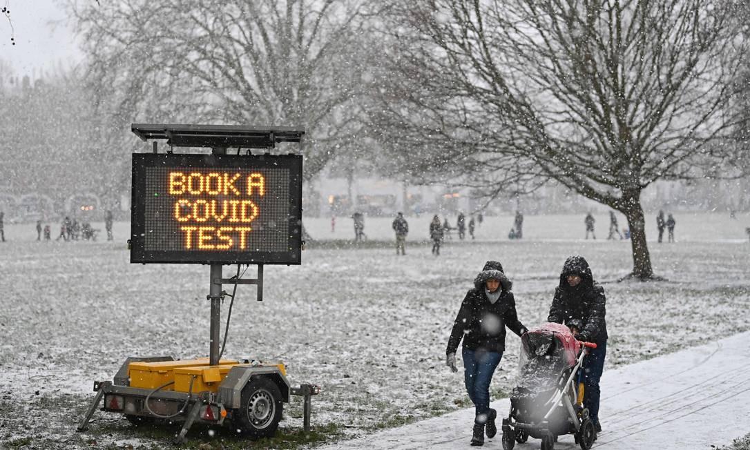 """""""Agende um teste covid-19"""", diz o placar digital no oeste de Londres, Inglaterra Foto: DANIEL LEAL-OLIVAS / AFP"""