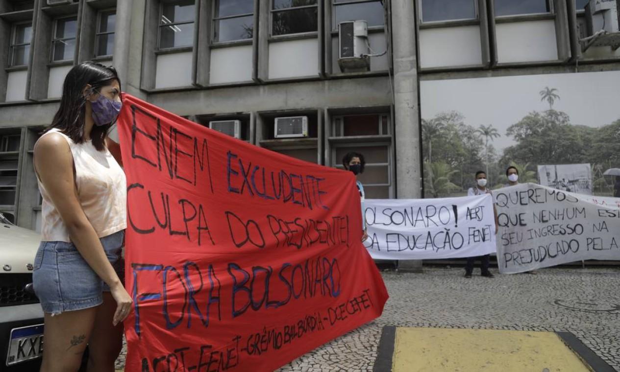Manifestantes seguram cartazes na Uerj, campus Maracanã, em protesto contra o presidente Jair Bolsonaro, e a realização da prova em meio a crescente de casos de Covid-19 Foto: Gabriel de Paiva / Agência O Globo