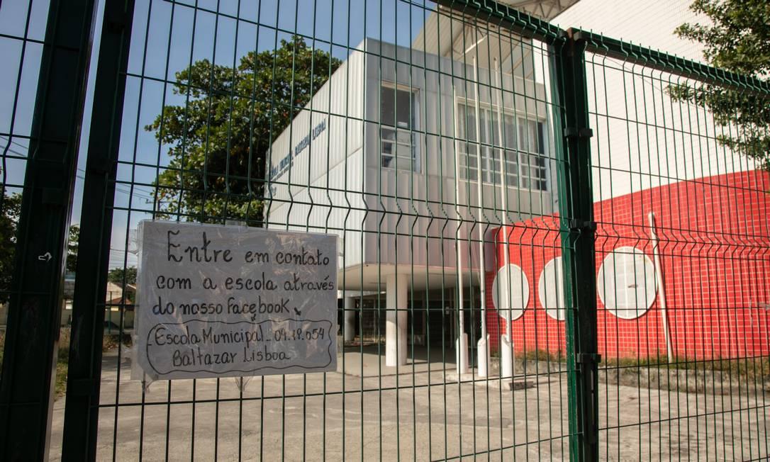 Cartaz anuncia fechamento da escola municipal Beltazar Lisboa, em Campo Grande, Zona Oeste do Rio Foto: Brenno Carvalho/6-7-2020
