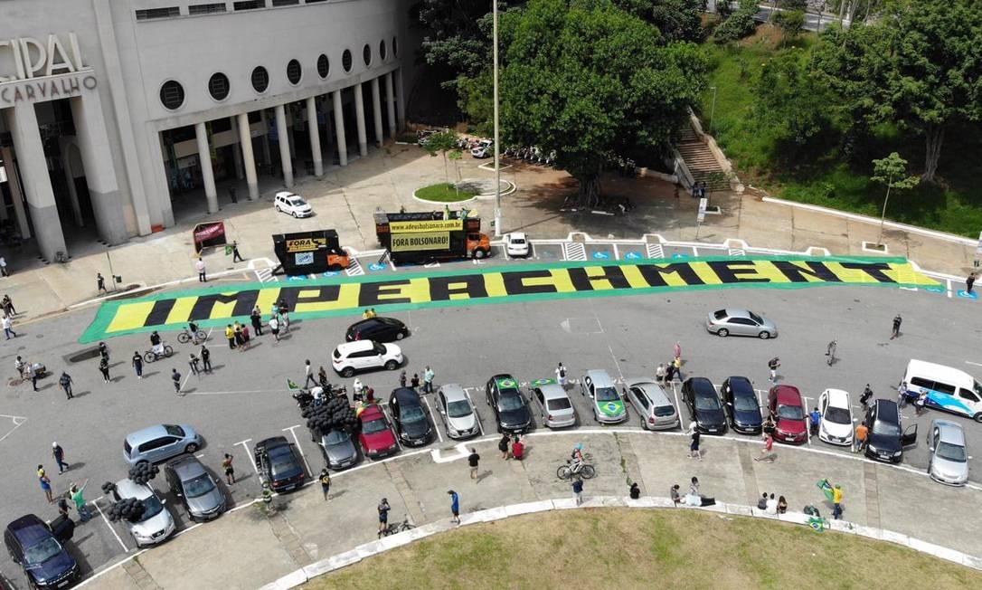 Faixa com a palavra 'Impeachment' foi estendida diante do Estádio do Pacaembu, em São Paulo, onde manifestantes se concentraram antes de carreata até o Parque do Ibirapuera Foto: Divulgação / MBL News