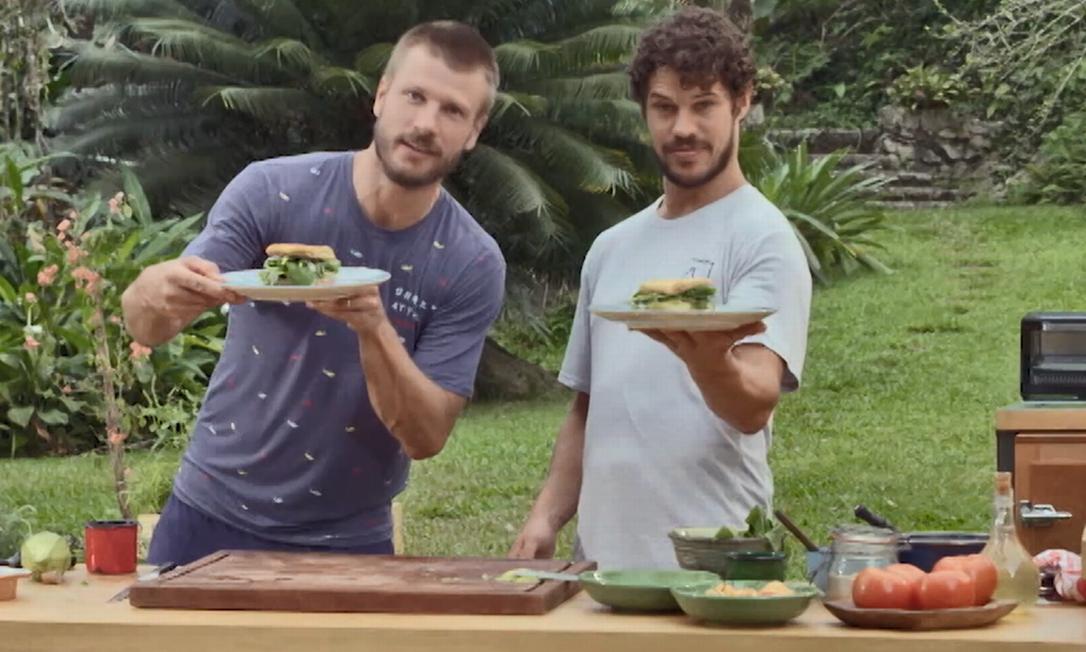 Rodrigo Hilbert e José Loreto: a dupla preparou um sanduíche de omelete com abacate, queijo de cabra e rúcula Foto: Reprodução