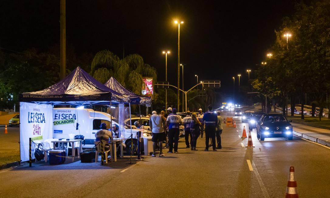 Blitz da Lei Seca em ponto na Barra da Tijuca, Zona Oeste do Rio Foto: Leo Martins em 16-01-2021 / Agência O Globo