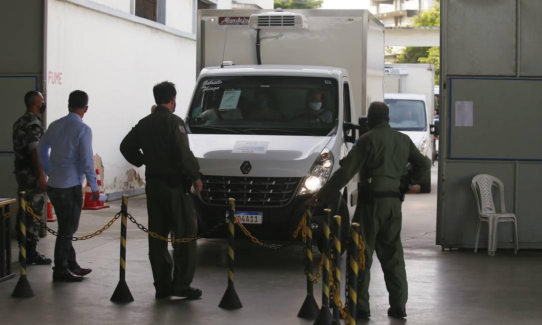 Caminhões com a vacina chegaram à Coordenação-Geral de Armazenagem (CGA) da Secretaria de Saúde, em Niterói, na Região Metropolitana, antes das 7h Foto: Fabiano Rocha / Agência O Globo