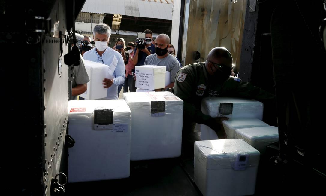 Dois milhões de doses do imunizante chegaram da Índia ao Brasil na última sexta-feira (22) Foto: FABIANO ROCHA / Agência O Globo