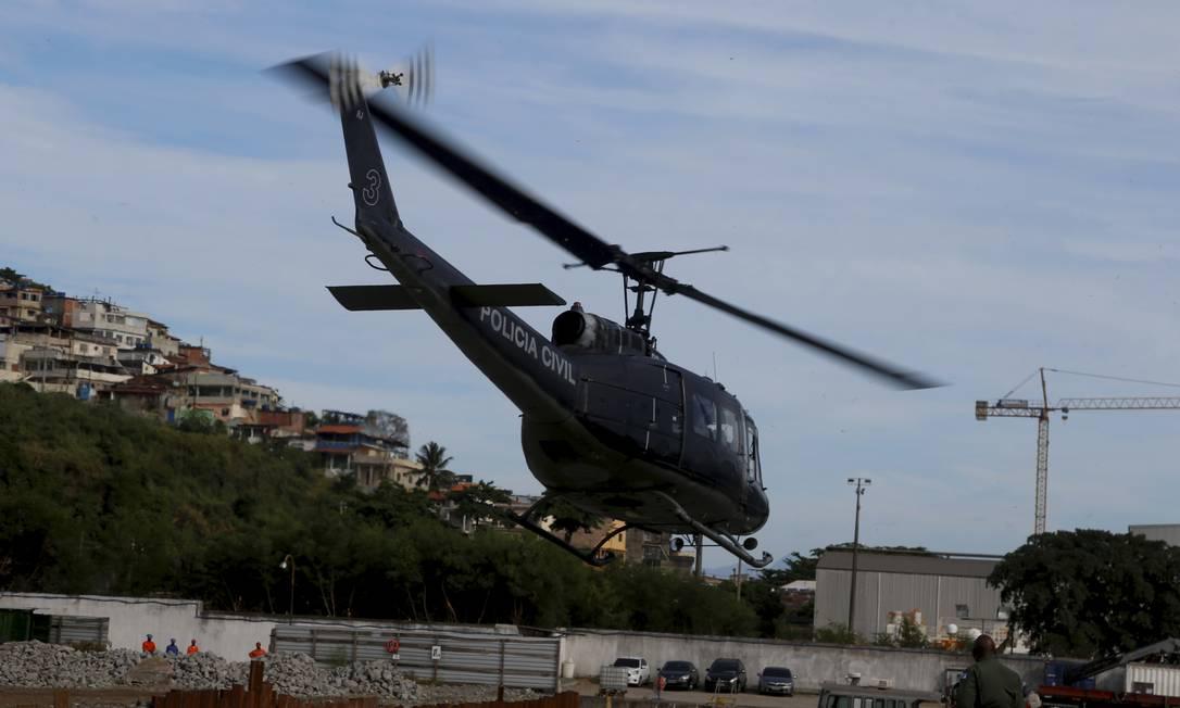 Um dos helicópteros carregados com doses da vacina Oxford/AstraZeneca parte para cidades do interior Foto: FABIANO ROCHA / Agência O Globo