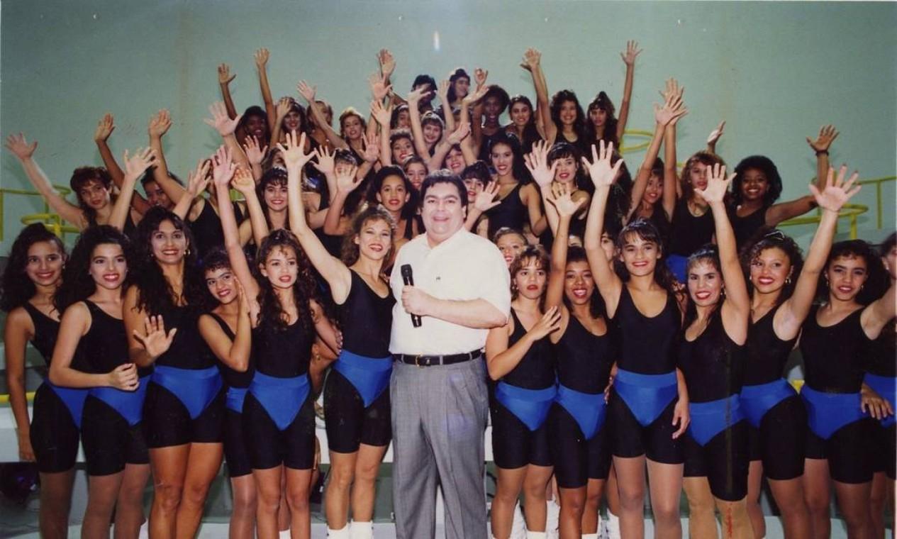 """O apresentador e as meninas da """"Academia do Faustão"""" (1992) Foto: Fernando Quevedo / Agência O Globo"""