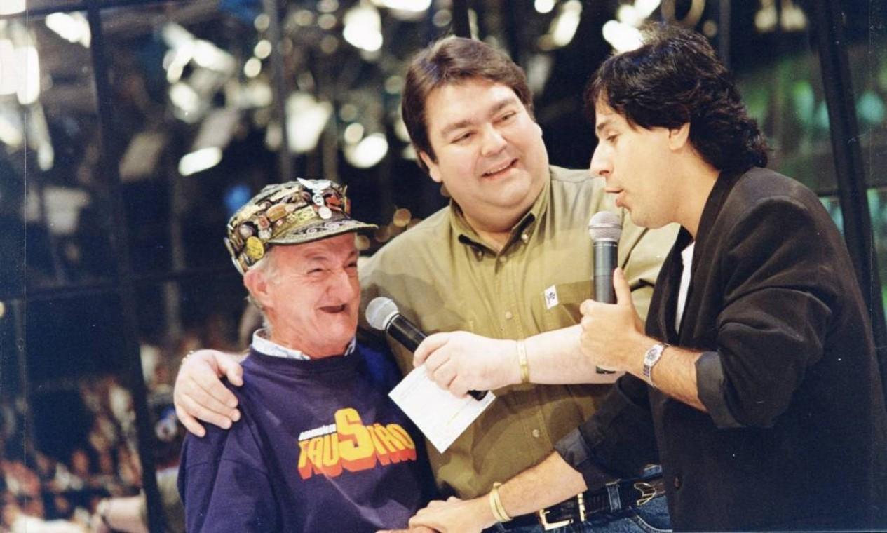 Faustão, o ajudante de palco Russo e o comediante Tom Cavalcante, em 1997 Foto: Divulgação