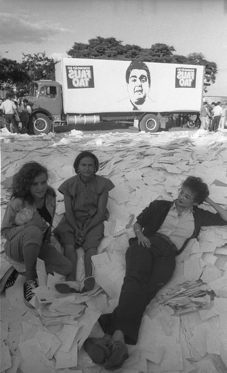 """Joana Fomm no comando do quadro de prêmios """"Caminhão do Faustão"""" em Brasília (1989) Foto: Mino Pedrosa / Divulgação"""