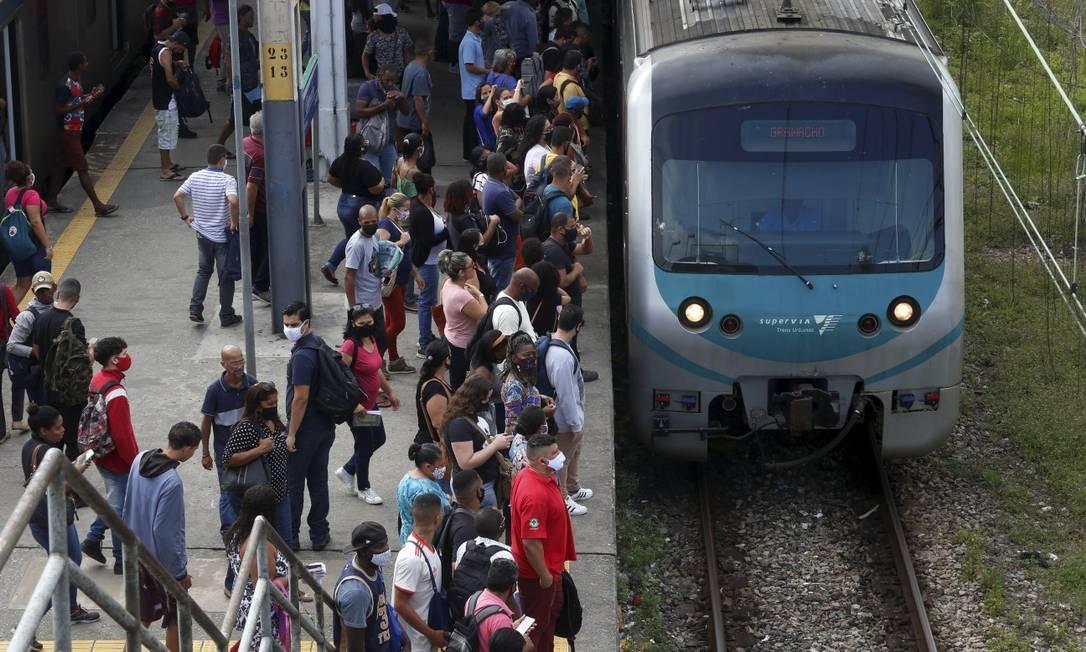 Trem chega a uma das estações da Supervia: ONG pede que não haja reajuste nas tarifas Foto: Fabiano Rocha / Agência O Globo