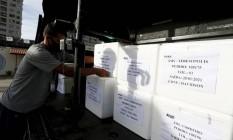 Vacina da Oxford, importada da Índia, começa a ser distribuída para os 92 municípios do Rio. Operação tem uso de helicópteros da Polícia Civil, governo do estado e bombeiros Foto: Fabiano Rocha / Agência O Globo