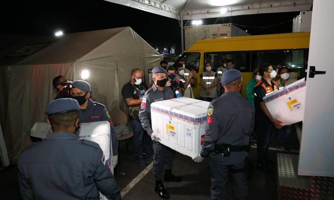 Chegada das 132,5 mil doses da vacina AstraZeneca em Manaus Foto: Euzivaldo Queiroz/Pawe comunicação / Agência O Globo