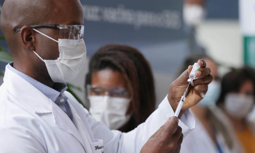 Vacina AstraZeneca/Oxford sendo aplicada na sede da Fiocruz em Manguinhos. Foto: Cléber Júnior / Agência O Globo