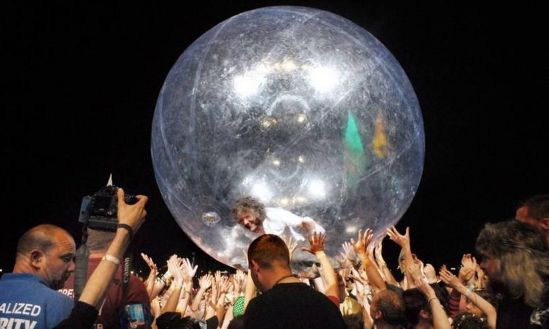 """Antes mesmo da pandemia, Coyne utilizava uma bolha nos shows para """"rodar"""" pelo público Foto: -"""