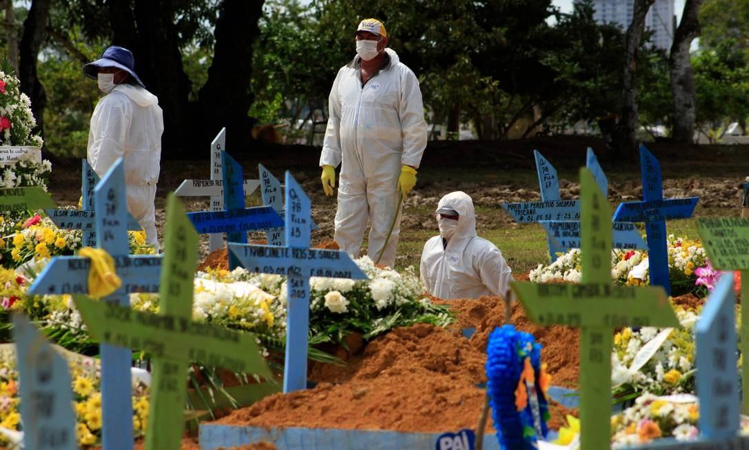 Enterro de vítima de Covid-19 em Manaus Foto: MARCIO JAMES / AFP