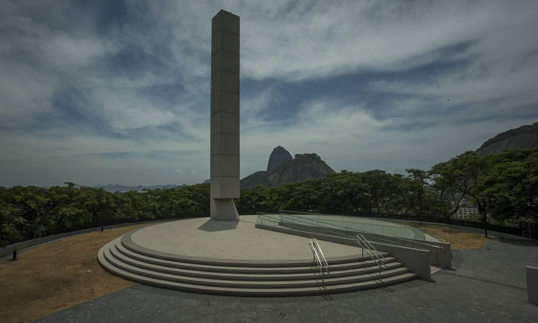 Obelisco do memorial tem lacuna que representa os mortos pelos nazistas nos campos de concentração Foto: Guito Moreto