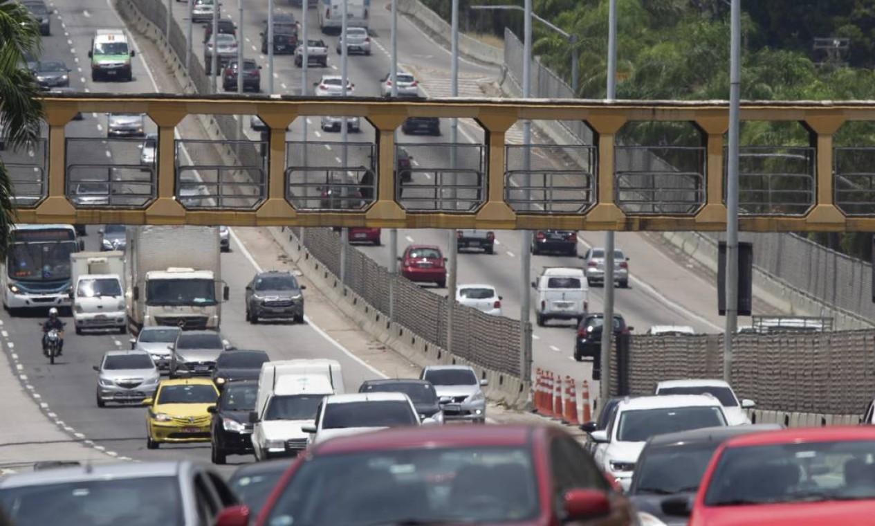 Por decisões judiciais, a prefeitura assumiu a operação da Linha Amarela em setembro e suspendeu a cobrança do pedágio de R$ 7,50 Foto: Márcia Foletto / Agência O Globo