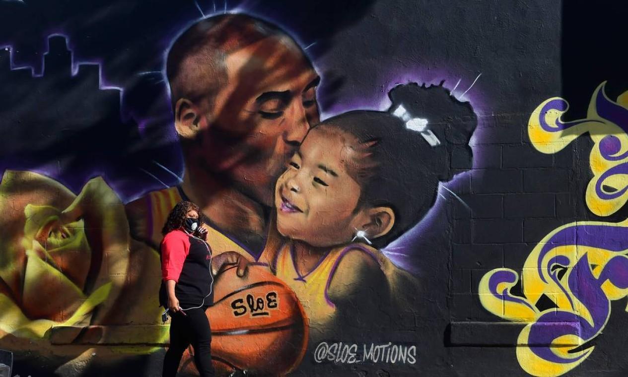 Grafite do artista @Sloe_Motions retrata o astro do basquete Kobe Bryant e sua filha Gianna, em Los Angeles, Califórnia. Koby e sua filha morreram em 26 de janeiro do ano passado, em um trágico acidente de helicóptero Foto: FREDERIC J. BROWN / AFP