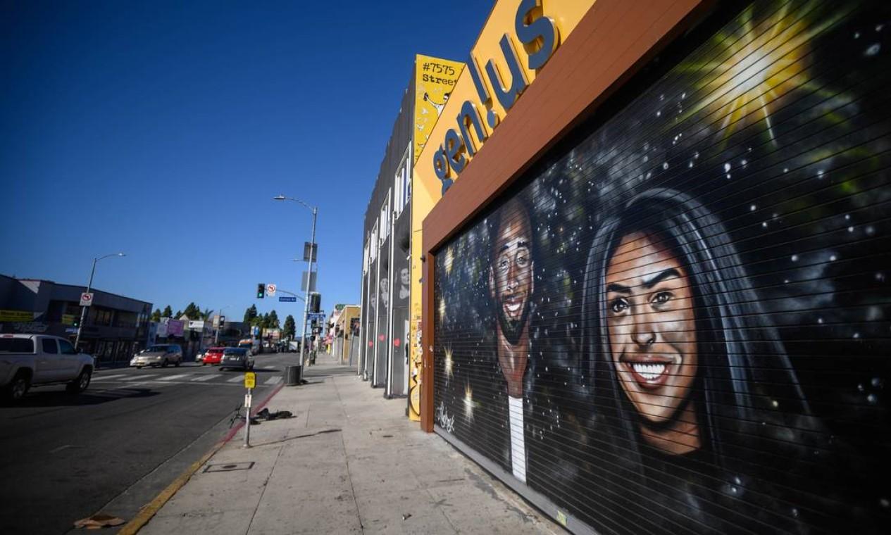 Mural retratando Kobe Bryant e sua filha, feito pelo artista Jules Muck aka @muckrock, no distrito de Los Angeles Melrose Foto: Emma McIntyre / AFP