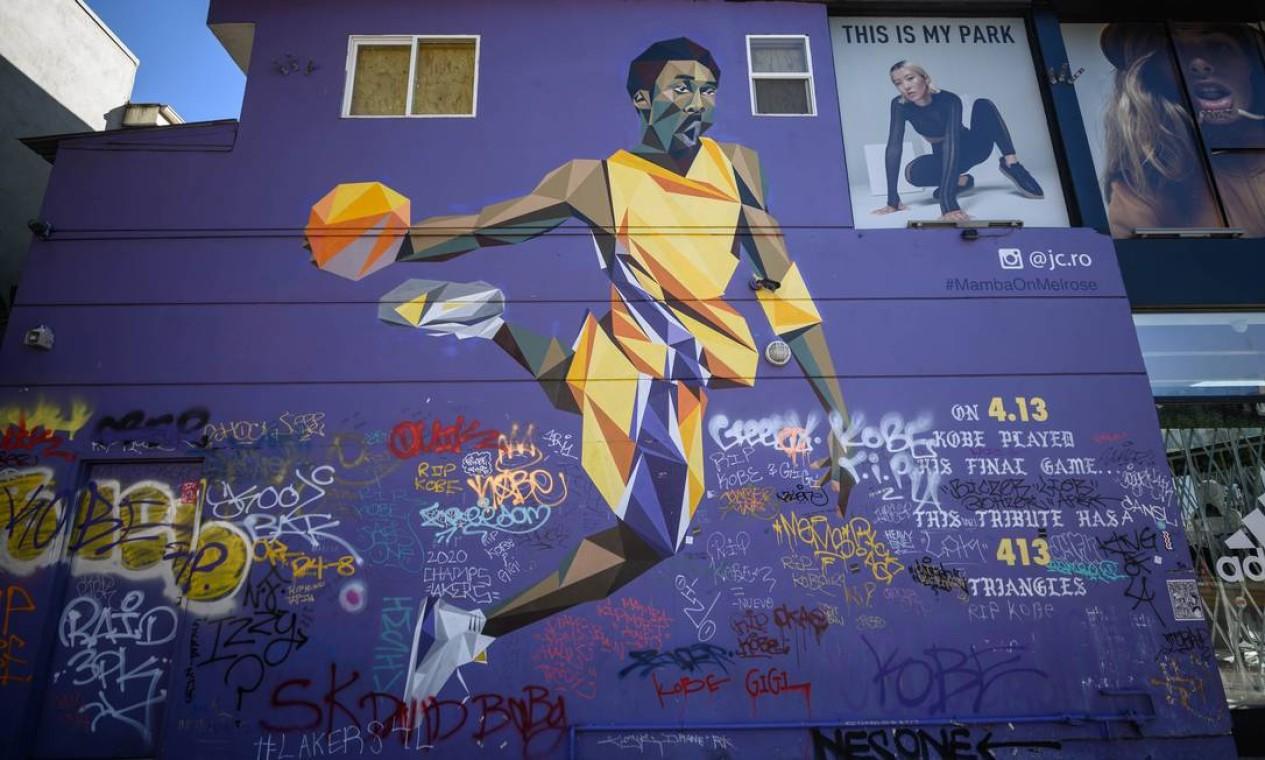 Mural retratando Kobe Bryant pelo artista JC Ro aka @ jc.ro é visto no distrito de Los Angeles Melrose. Acidente, que completa hoje um ano, resultou na morte de nove pessoas, incluindo Bryant e a filha Foto: Emma McIntyre / AFP