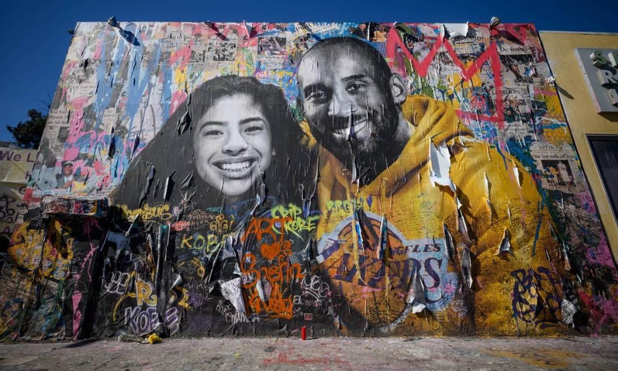 Mural em homenagem ao atleta pintado pelo artista Sr. Brainwash, em Los Angeles Foto: Emma McIntyre / AFP