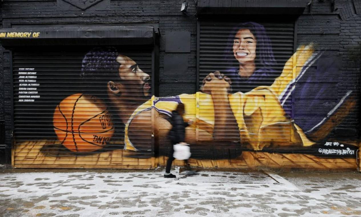 Kobe e Gianna pintados em frente ao Barclays Center, no primeiro aniversário de sua morte, no bairro do Brooklyn, em Nova York. O mural, pintado no ano passado, é do artista Efren Andaluz III, conhecido como Andaluz Foto: Sarah Stier / AFP