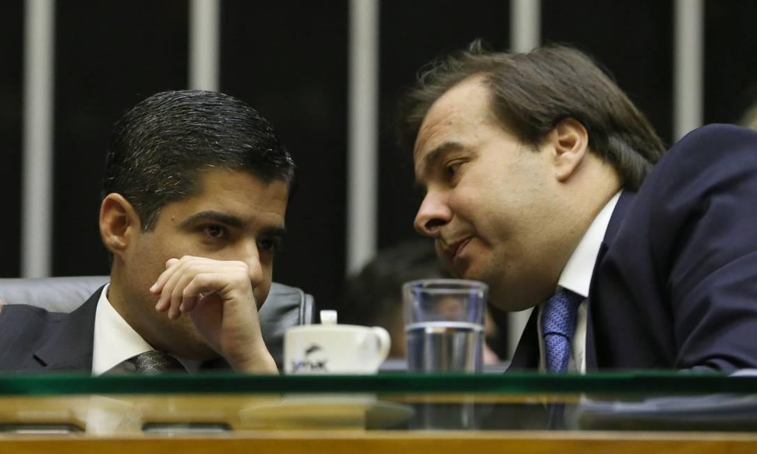 O ex-prefeito de Salvador, ACM Neto, e o presidente da Câmara, Rodrigo Maia, em plenário Foto: Givaldo Barbosa / Agência O Globo