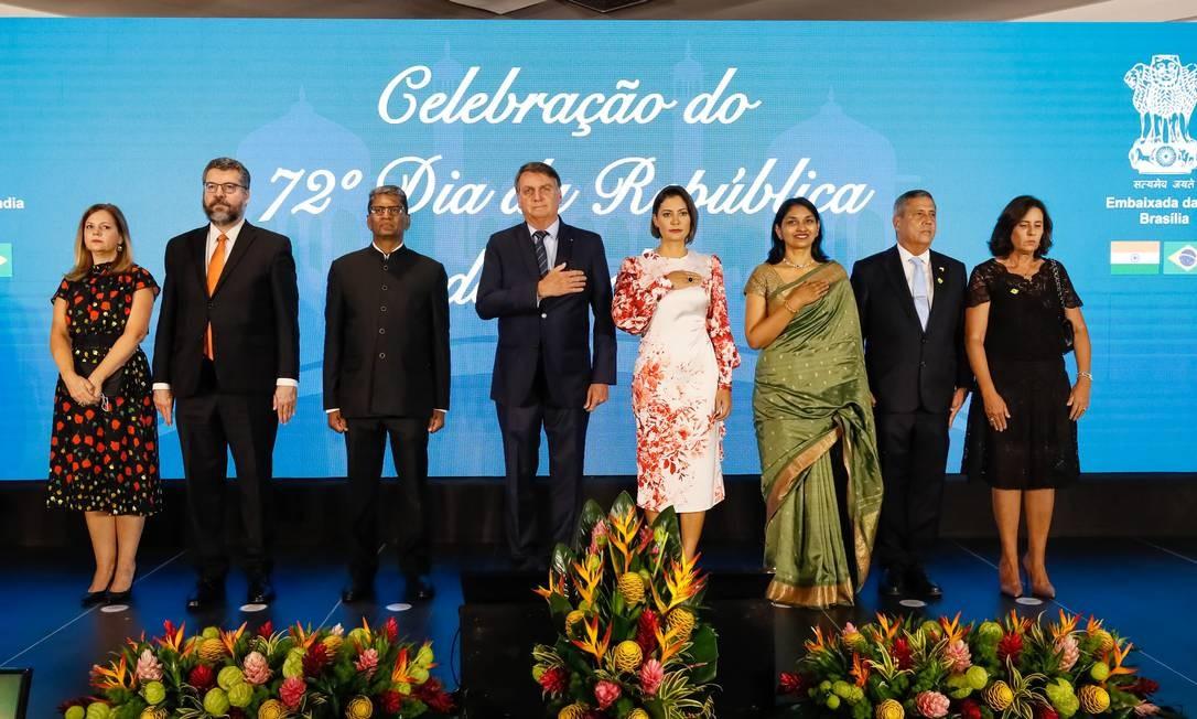 À esquerda, Ernesto Araújo e a mulher, Maria Eduarda de Seixas Corrêa, em cerimônia na embaixada da Índia Foto: Isac Nóbrega/PR