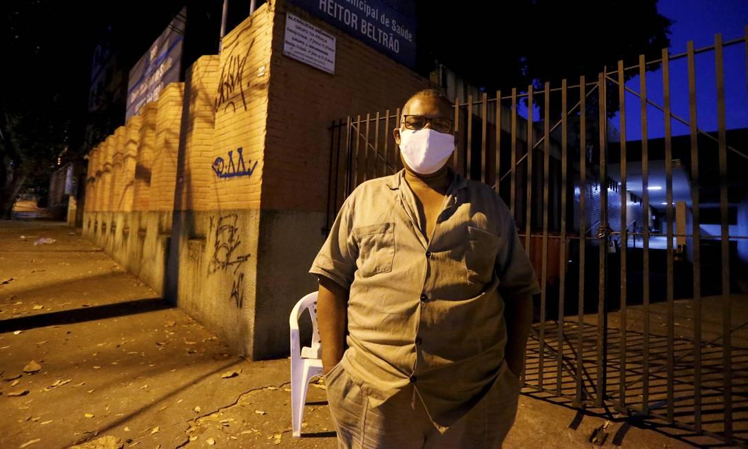 Luiz Carlos Lopes está guardando lugar para uma amiga médica Foto: Fabiano Rocha / Agência O Globo