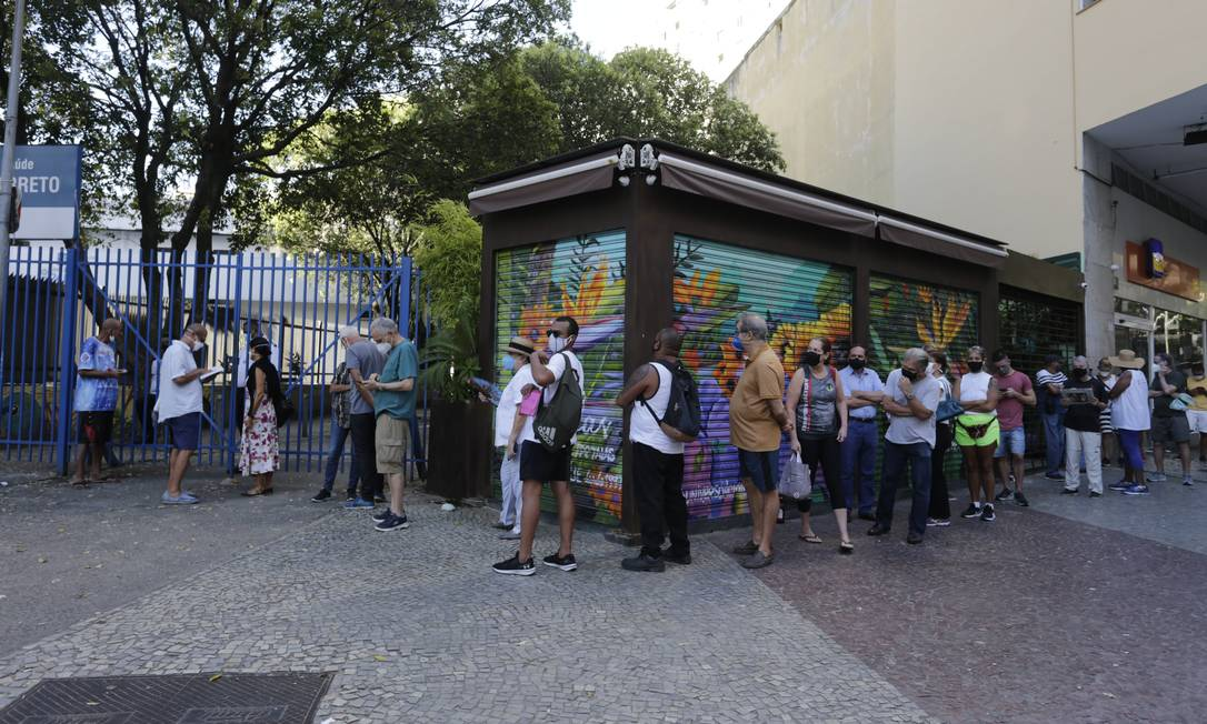 Profissionais de saúde aguardam desde cedo em fila para nova fase da vacinação contra a Covid-19, no Centro Municipal de Saúde João Barros Barreto, em Copacabana Foto: Marcia Foletto / Agência O Globo