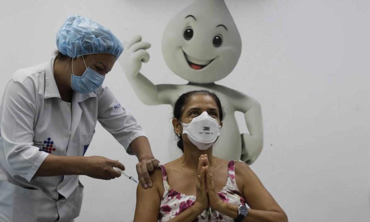 A psicóloga Magdala Silva, de 60 anos, é a primeira a receber dose da vacina de Oxford no Centro Municipal de Saúde João Barros Barreto, em Copacabana. Rio imuniza a partir desta quarta-feira profissionais de saúde com mais de 60 anos Foto: Marcia Foletto / Agência O Globo