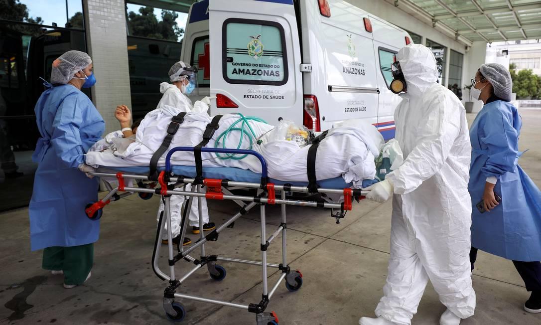 Profissionais de saúde transportam paciente do Hospital Getúlio Vargas, no Amazonas. Foto: BRUNO KELLY / REUTERS
