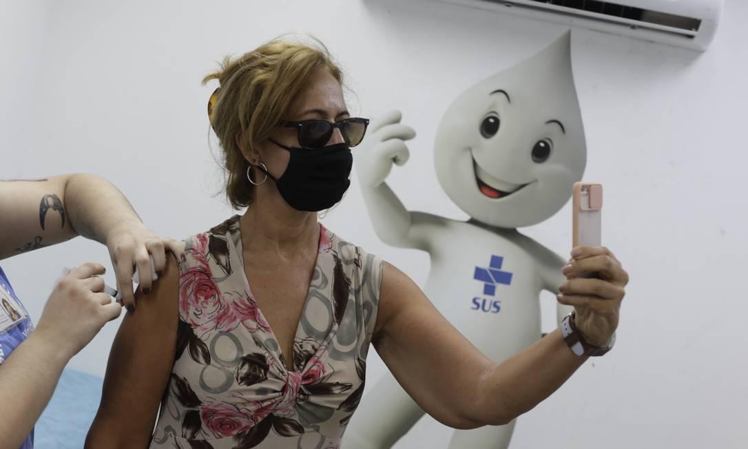 Selfie do tão esperado momento: a imunização contra a Covid-19, no Centro Municipal de Saúde João Barros Barreto, em Copacabana Foto: Marcia Foletto / Agência O Globo