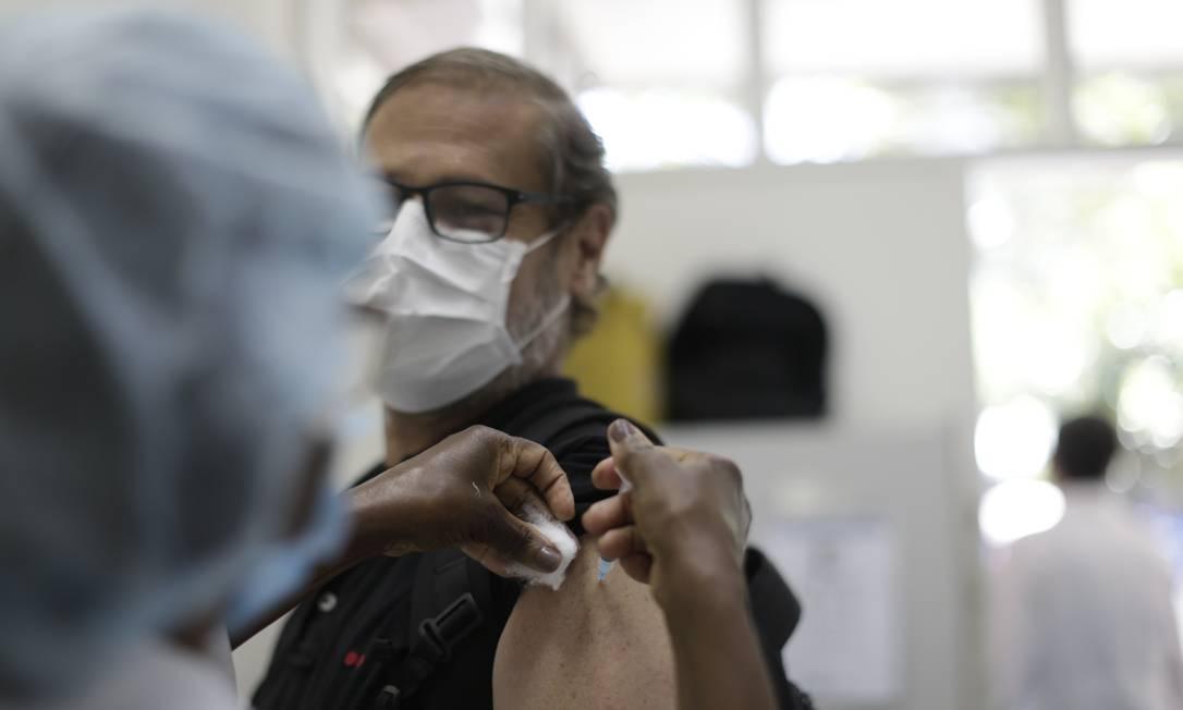 Homem recebe dose da vacina no posto Pindaro de Carvalho Rodrigues, na Gávea, Zona Sul do Rio Foto: Marcia Foletto / Agência O Globo