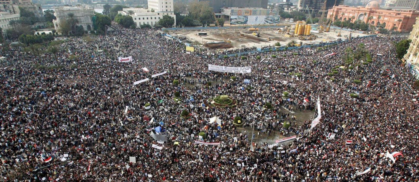 Milhares de pessoas protestam na Praça Tahrir, no Cairo, em fevereiro de 2011. Foto: Reuters