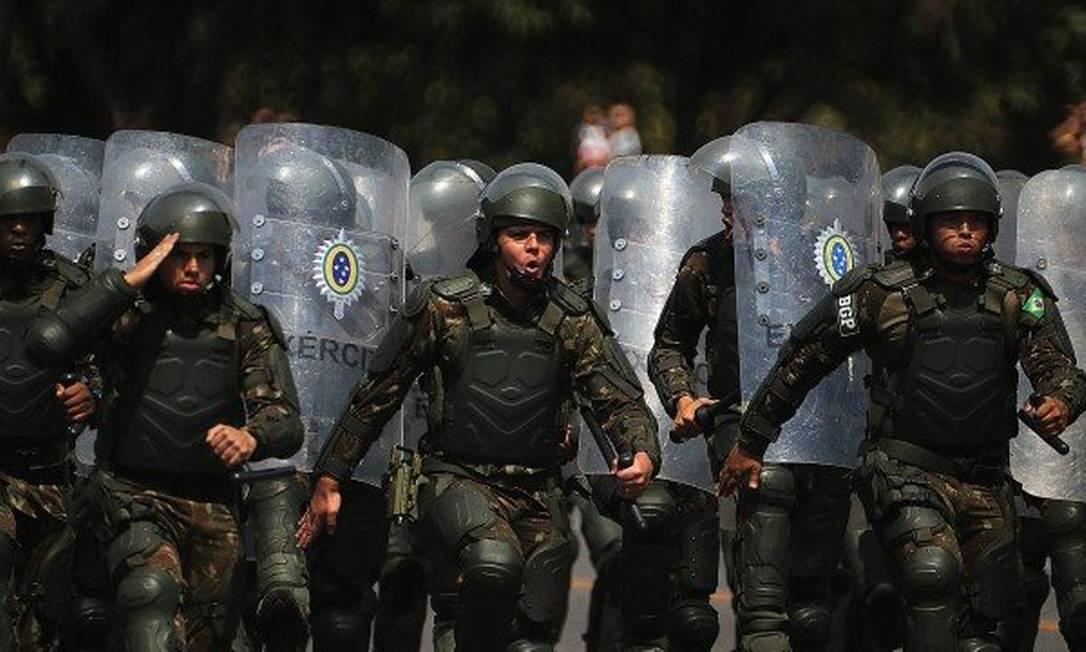 Tropa da Polícia do Exército Foto: Jorge William / Agência O Globo