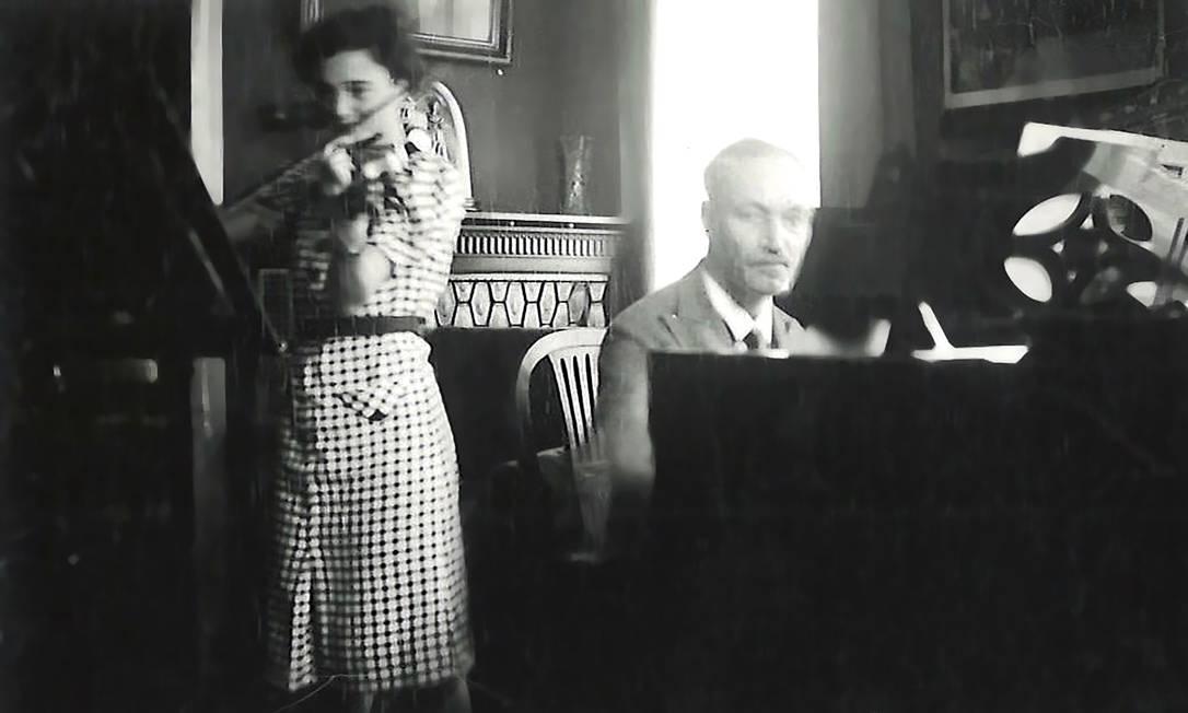 Felix Hildesheimer, ao piano, e sua filha mais nova, Elsbeth, em meados da década de 1930. Um violino que pertenceu ao dono de uma loja de instrumentos é pivô de disputa entre a família e uma fundação alemã Foto: VIA DAVID SAND / NYT