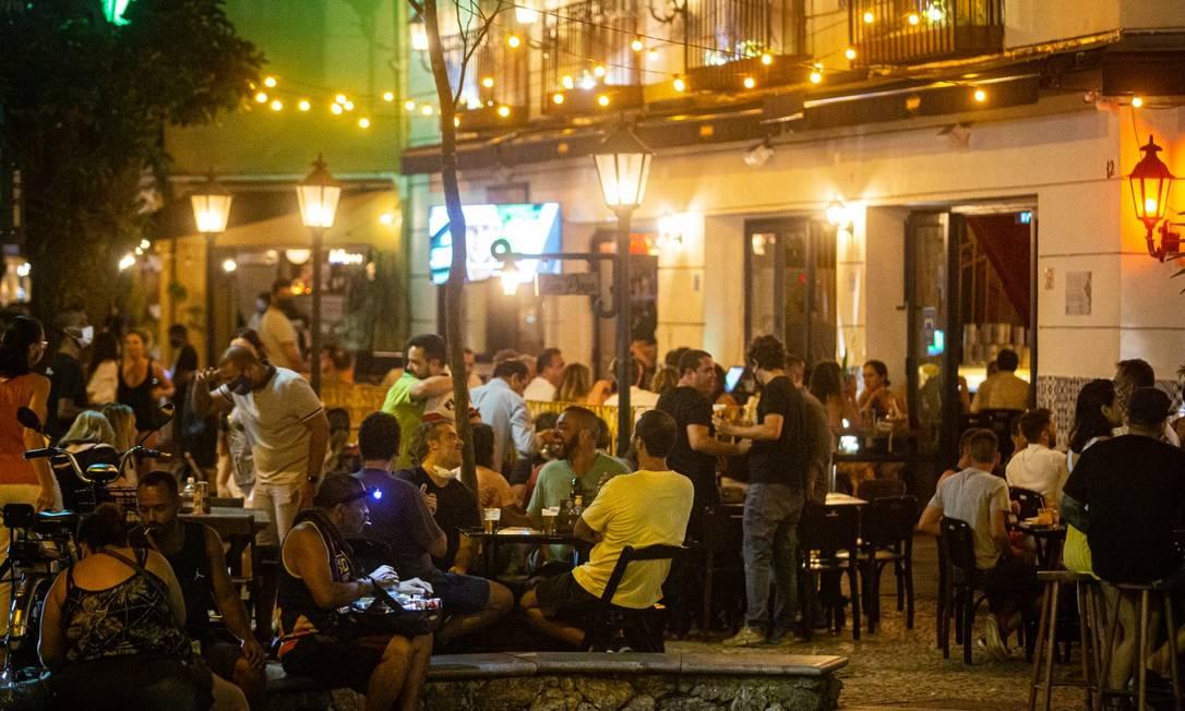 Frequentadores de bar ignoram distanciamento e uso de mascara Foto: Hermes de Paula / Agência O Globo