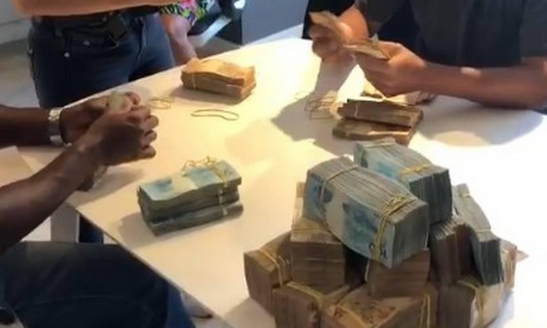 Policiais contam dinheiro apreendido na casa de Nego do Borel no Recreio Foto: Divulgação
