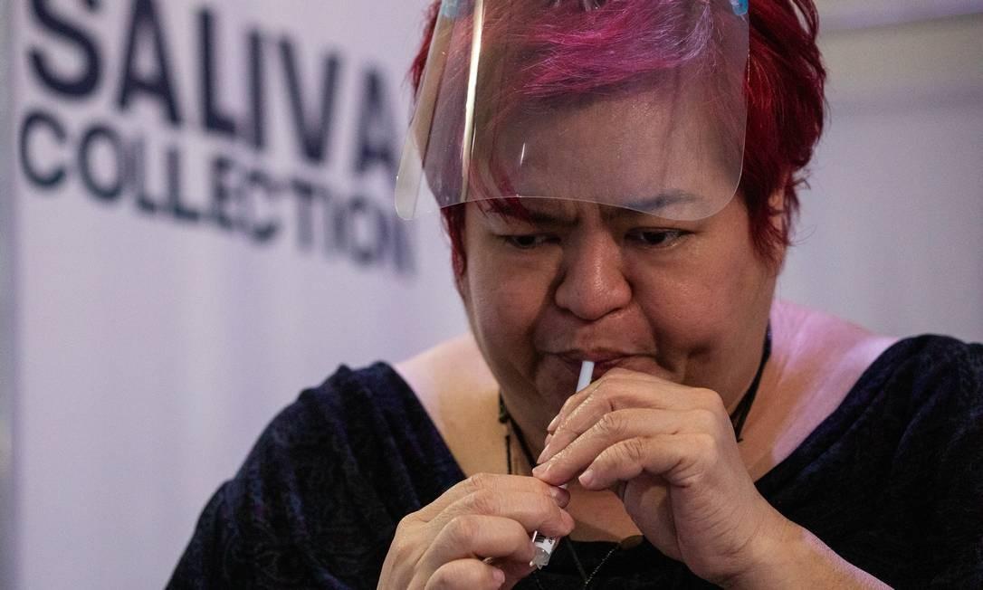 Mulher transfere saliva para um frasco para teste de saliva de doença coronavírus (COVID-19), em um laboratório molecular da Cruz Vermelha Filipina na cidade de Mandaluyong, Metro Manila, Filipinas, 25 de janeiro de 2021. REUTERS / Eloisa Lopez Foto: ELOISA LOPEZ / REUTERS