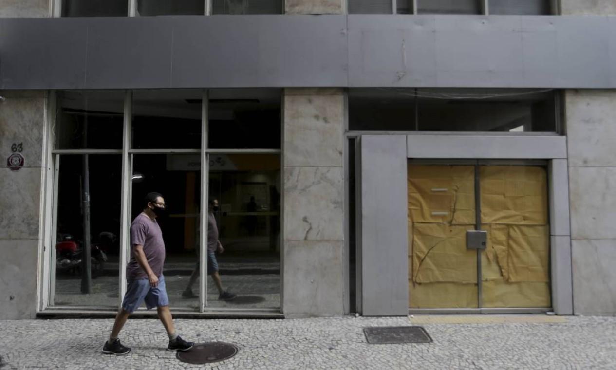O reflexo da crise. Uma das ruas mais tradicionalmente agitadas do Centro do Rio coleciona fachadas fechadas Foto: Domingos Peixoto / Agência O Globo
