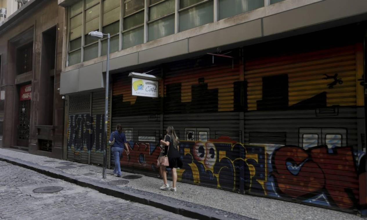 Portas fechadas predominam em partes do Centro do Rio Foto: Domingos Peixoto / Agência O Globo
