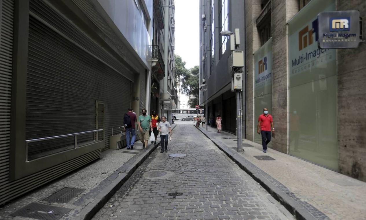 Lojas e edifícios comerciais fechados repetem o impacto que a pandemia e as sucessivas crises espalharam por todo o entorno, no coração da cidade Foto: Domingos Peixoto / Agência O Globo - 26/01/2021